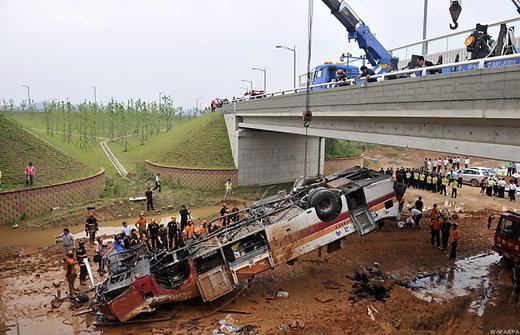 В Китае автобус упал с обрыва, 13 человек погибли