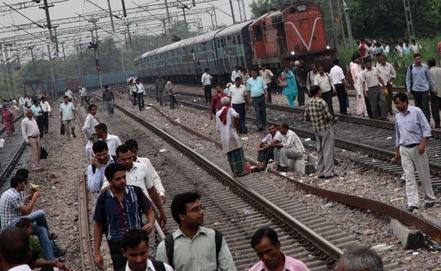 Поезд в Индии задавил более 30 паломников