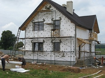 Фасад грамотно утеплить пенопластом: преимущества и основные этапы