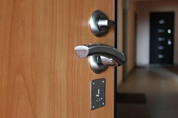 Монтаж входных дверей в квартиру: как подобрать подходящую конструкцию