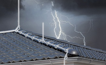 Защита дома от молнии: способы и возможности