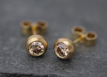 Особенности выбора золотых серег: виды и характеристики