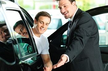 Покупка автомобиля в автосалоне: преимущества, условия и что нужно