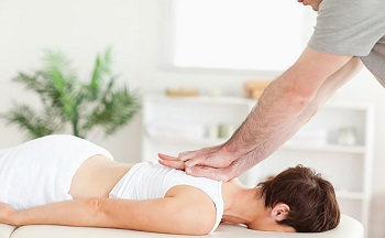 Мануальный массаж: описание процедуры, назначение и противопоказания
