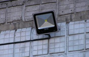 Светодиодные прожекторы для уличного освещения: достоинства, монтаж и подкл ...