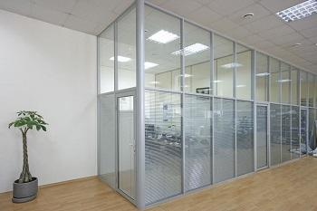 Алюминиевые перегородки в офисе: достоинства и правила монтажа