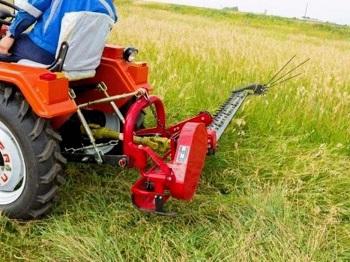 Достоинства покоса травы с применением минитрактора