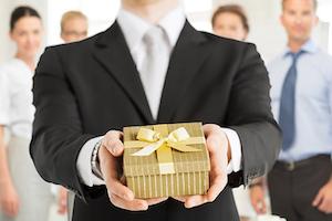 Выбор подарка для босса: идеи и особенности