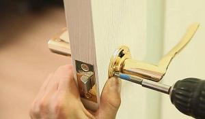 Установка дверной ручки в межкомнатной двери