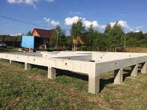 Достоинства и правила строительства домов на ЖБ сваях